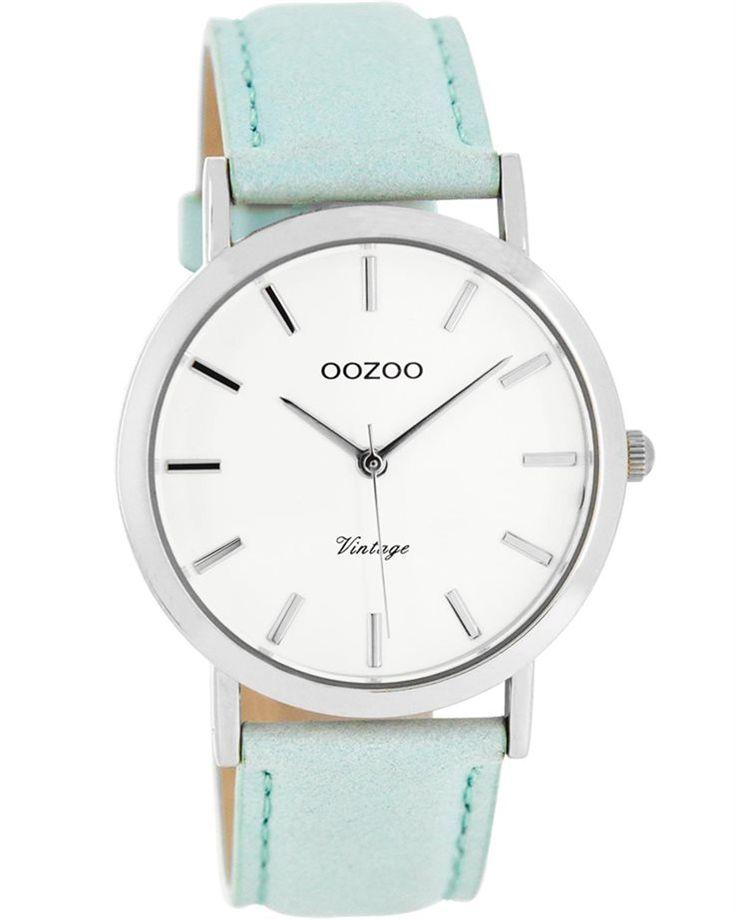 Από τον οίκο Oozoo ένα ρολόι με μεταλλική κάσα και λευκό καντράν με τιρκουάζ δέρμα