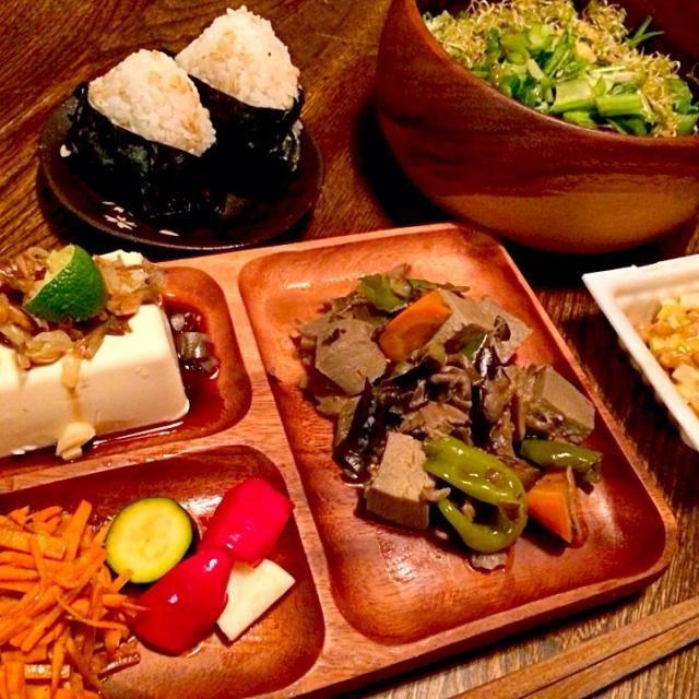 高野豆腐にはまってまた煮物作りました。一人和風ブランチです。 - 16件のもぐもぐ - ふきのとうの漬物のおむすびとお手製新生姜の梅酢漬けと紫蘇の実とシラスのおむすびと茗荷とカボスがけ冷奴と人参のバルサミコ酢サラダと自家製ピクルスと高野豆腐と自家製獅子唐と茄子と人参の煮物と納豆と生野菜サラダ by toki69