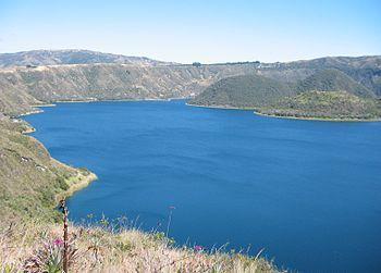"""Cuicocha, Prov. Imbabura, Ecuador - Wikipedia, la enciclopedia libre. Cuicocha significa """"Laguna de Arcoiris"""".Se encuentra en el cráter de un volcán"""