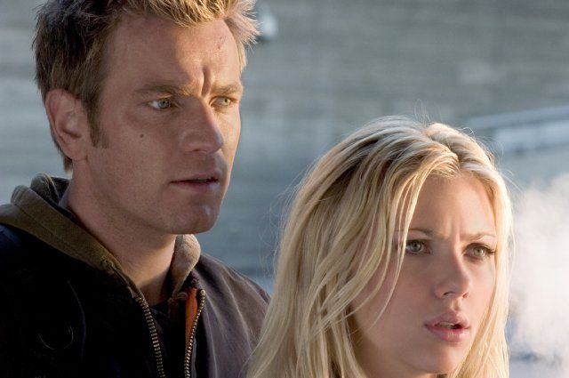 Still of Ewan McGregor and Scarlett Johansson in The Island (2005)