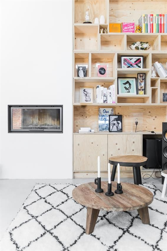 Wit vloerkleed met zwarte ruit, houten salontafel