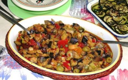 Caponata Siciliana - La caponata siciliana è un piatto tradizionale della cucina sicula, basato su verdure e profumi di quella terra. Un ottimo contorno per pranzi e cene estive.