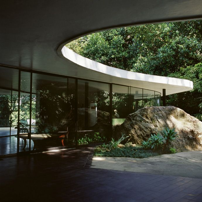 Expansive glass walls...check. Curvy concrete forms...check. Foliage galore...check. Awesomeness from the one and only Oscar Niemeyer at his home, Casa de Canoas in Rio de Janeiro, Brazil