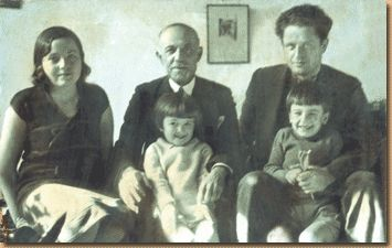 Kızkardeşi Samiye, babası ve küçük ikiz kardeşleriyle