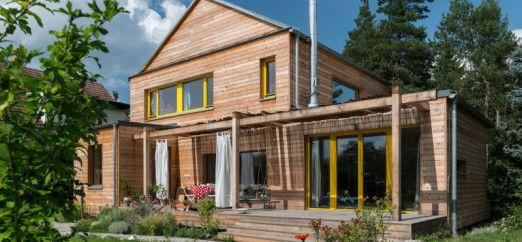 Casa passiva con il motivo del legno a vista onnipresente