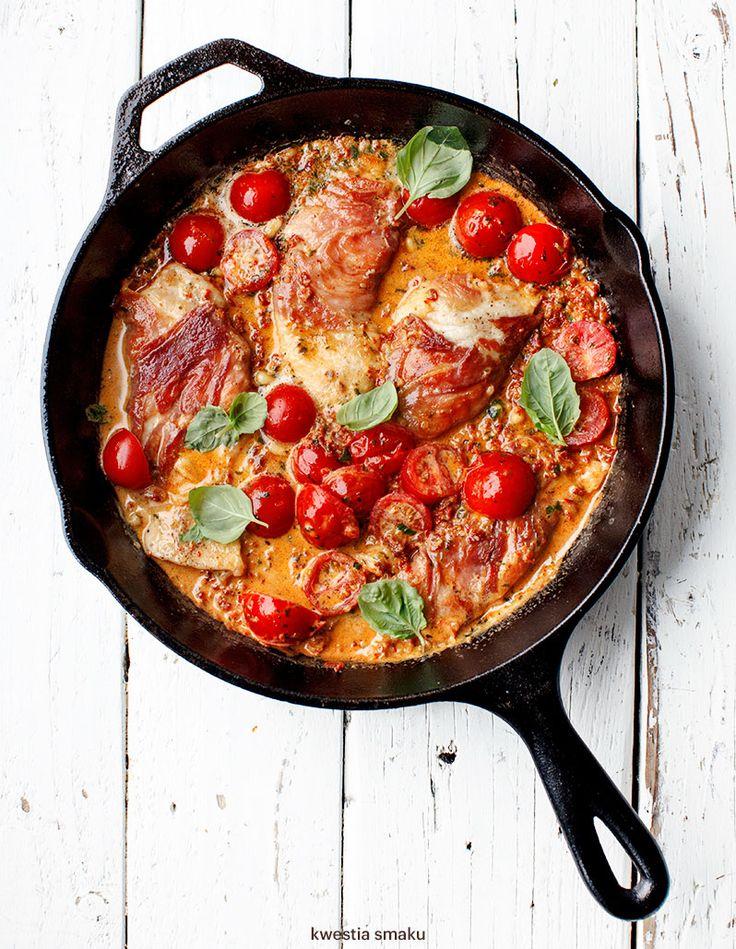 Filety z kurczaka w sosie z czerwonego pesto z suszonych pomidorów