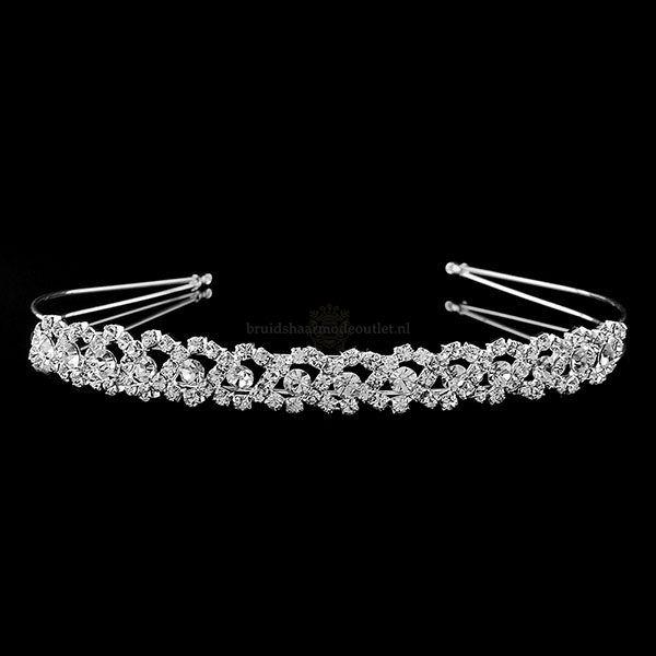 Luxe diadeem gezet met strass steentjes. Deze diadeem 'Infinity' is een lust voor het oog. Een subtiel haarsieraad voor ieder gewenst bruidskapsel.