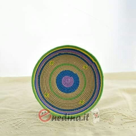 Cestino sardo in raffia. Intreccio di colore. Shop online www.enedina.it