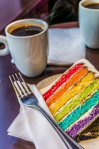 La rainbow cake è una famosa torta americana che si prepara colorando il pan di Spagna e alternandolo a della crema al mascarpone.
