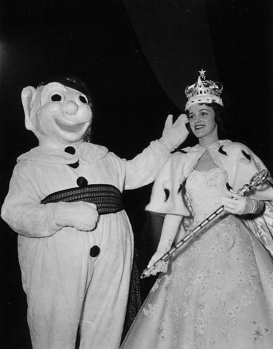 Le Bonhomme Carnaval couronne Brigitte Desrochers en tant que reine du Carnaval de Québec