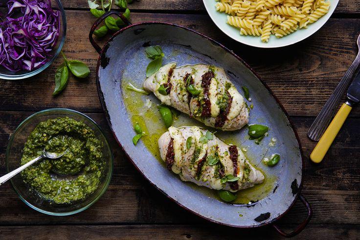 Hasselback kylling med pesto og mozarella – Aichas Mat