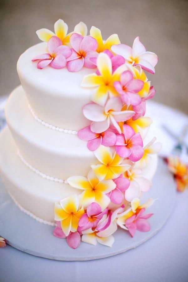 Bolo em camadas com flores estilo havaiano
