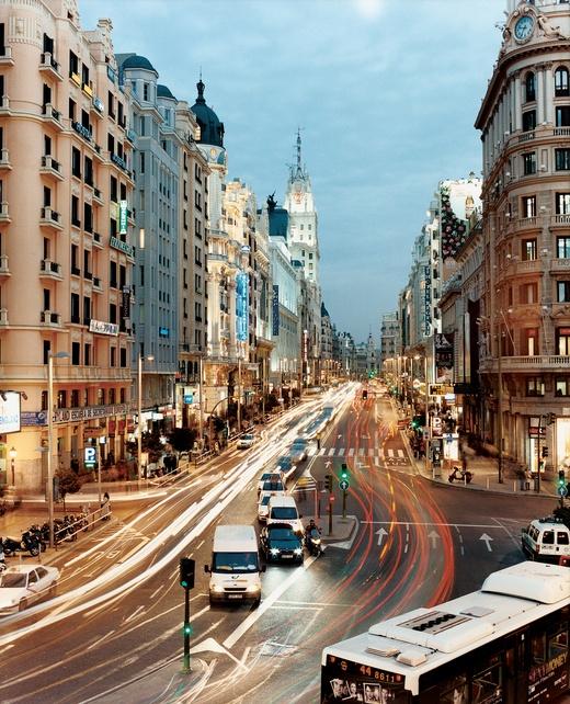 Mi amada Madrid. Volví a nacer en tus calles, en tus mañanas frías, tus otoños verdaderos, en las flores que brotaron un día por sorpresa. En cada copa de tinto, y en la risa de los amigos que me prestaste. Un día esperé el amor en tu Plaza, pero nunca llegó. Y entendí que el amor no se espera, el amor es y está en mi. Hasta la próxima, eterna alegría hecha ciudad.