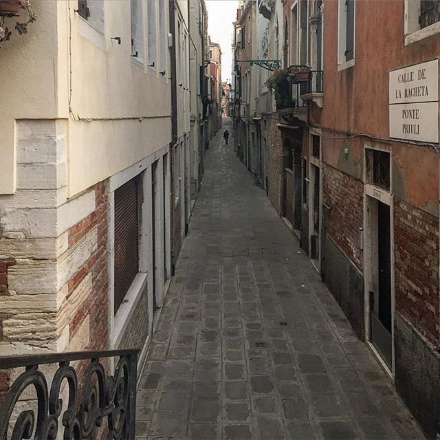 Alzarsi presto a Venezia ha i suoi vantaggi! #venezia #venice #venise #veneziaunica #veneziadavivere #buongiorno #myvenice #goodmorning #friday #streetarteverywhere #alone #alonetime