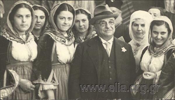 Εορτασμοί της 4ης Αυγούστου: γυναίκες με παραδοσιακές ενδυμασίες από την Κύμη (Εύβοια) πλαισιώνουν τον Ιωάννη Μεταξά στο Παναθηναϊκό Στάδιο.1937 Nelly's (Σεραϊδάρη Έλλη)