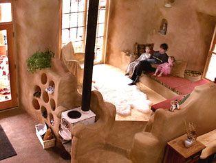 Casas artesanales de tierra.   Imagen: cob-house-living-room (busyboo.com)