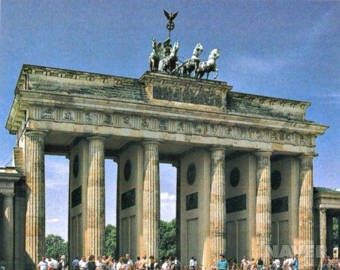 브란덴부르크 문은 베를린의 상징으로, 1788년부터 1791년까지 4년 동안 건설되었다. 상부의 4두 마차상은 근·현대 독일사의 영욕을 함께하였다. 1807년 프랑스와의 전쟁에서 패한 프로이센은 4두 마차상을 나폴레옹에게 빼앗겼다가 1814년에 되찾아 왔다. 제2차 세계 대전 중 심하게 손상된 브란덴부르크 문은 1956년에서 1958년 사이에 완전히 보수, 재건되었다.