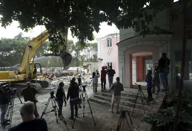 Pablo Escobar mansion's demolition reveals locked safe! An excavator demolishes the waterfront mansion formerly owned by Colombian drug lord Pablo Escobar, Tuesday, Jan. 19, 2016, in Miami Beach, Fla.