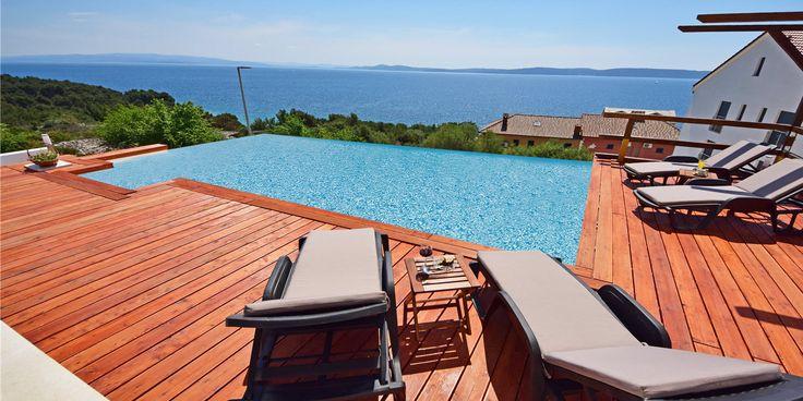 Vakantiehuis Andrea ★★★★ Dit supermooie vakantiehuis ligt in de provincie Midden Dalmatië in Kroatië en heeft een adembenemend uitzicht op de Middellandse zee. Verder is de villa modern ingericht en beschikt het over een privé zwembad.