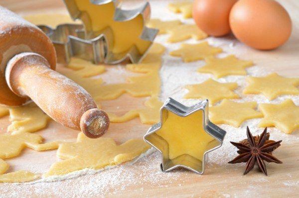 Wie Sie mit nur einem Grundrezept für Plätzchen gleich fünf verschiedene Sorten zaubern, zeigen wir Ihnen in diesem weihnachtlichen Rezepttipp.