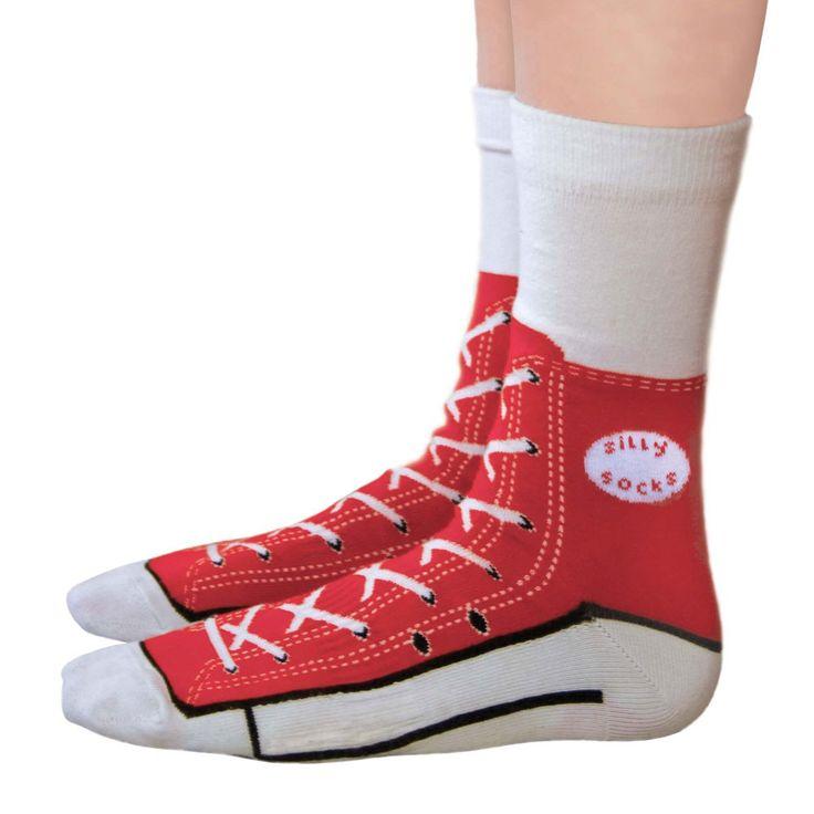 Silly socks sneakers  Deze doldwaze sokken zien eruit als echte honkbal sneakers, en het lijkt wel of je deze schoenen echt aan hebt!     Met een herkenbaar rood afgedrukt baseball design, compleet met veters en een realistische zool.     Hilarisch, grappig en zeker silly looking zijn deze coole fun sokken.     Eigenschappen:     One size fits all     Verkrijgbaar in rood en blauw.