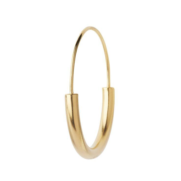 Maria Black Serendipity Hoop Medium. Øredob i sølv, belagt i mattpolert gull. Selges enkeltvis.