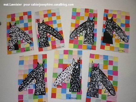 """Les Grands ont travaillé sur les fonds en prenant comme modèles les couvertures des albums """"Le loup qui voulait changer de couleur"""" et """" Le loup qui s'aimait beaucoup trop"""", présentant des pavages de carrés colorés. La consigne est de ne pas faire voisiner 2 carrés de même couleur. Les silhouettes du loup ont été décorées de traits à la peinture noire et blanche."""