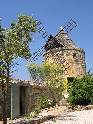Location insolite en Provence : un authentique Moulin à Vent face au Pont du Gard, pour 7 personnes !