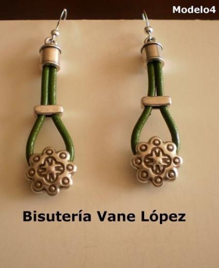 pendientes de cuero verde, con zamak y gancho de plata pendientes de cuero verde y plata cuero verde,zamak con baño de plata,gancho de plata artesanal