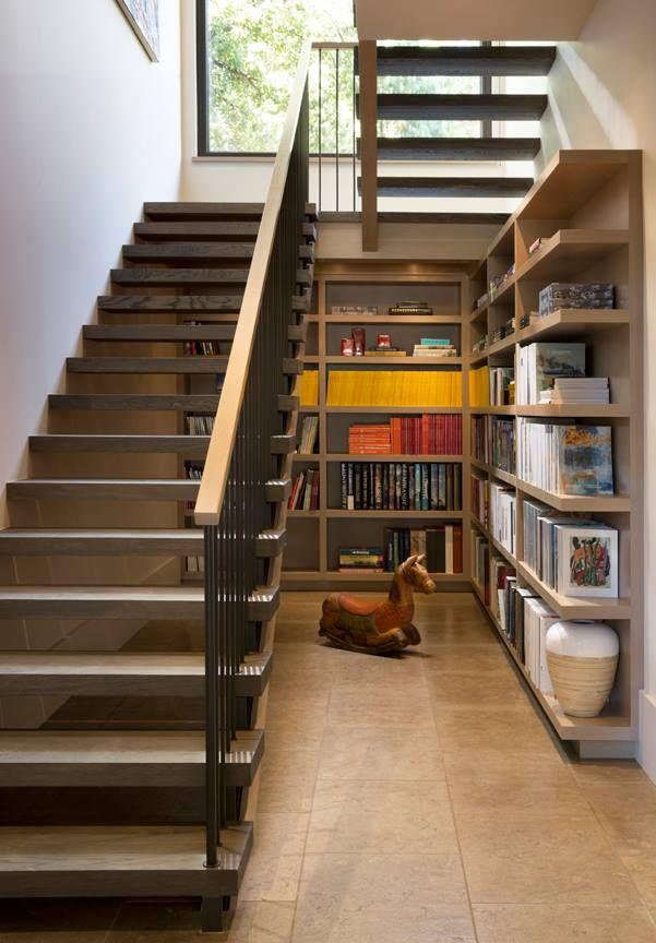 階段下に作り込まれたリーディングヌック 大きな造作本棚