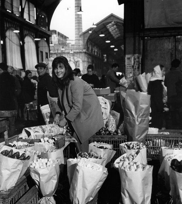 Doisneau. Les Halles. La marchande de fleurs, 1968.