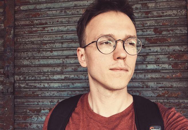 """Youtuber Krzysztof Gonciarz - twórca m.in. cyklu """"Zapytaj Beczkę"""" - od niedawna próbuje swoich sił w codziennym vlogowaniu. Nie ukrywa, że wzoruje się na znanym amerykańskim youtubrze. W rozmowie z Wirtualnemedia.pl Gonicarz tłumaczy, dlaczego zabrał się za codzienne vlogowanie, ujawnia co sądzi o materiale """"Superwizjera"""" na temat letsplayerów oraz o odpowiedzialności twórców internetowych."""