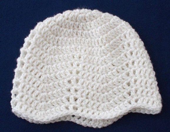 Häkle jetzt für Dein Baby eine dekorative Mütze mit Zackenmuster. Das schaffen auch Anfänger und die Mütze wird ganz allerliebst. Leg gleich los damit.