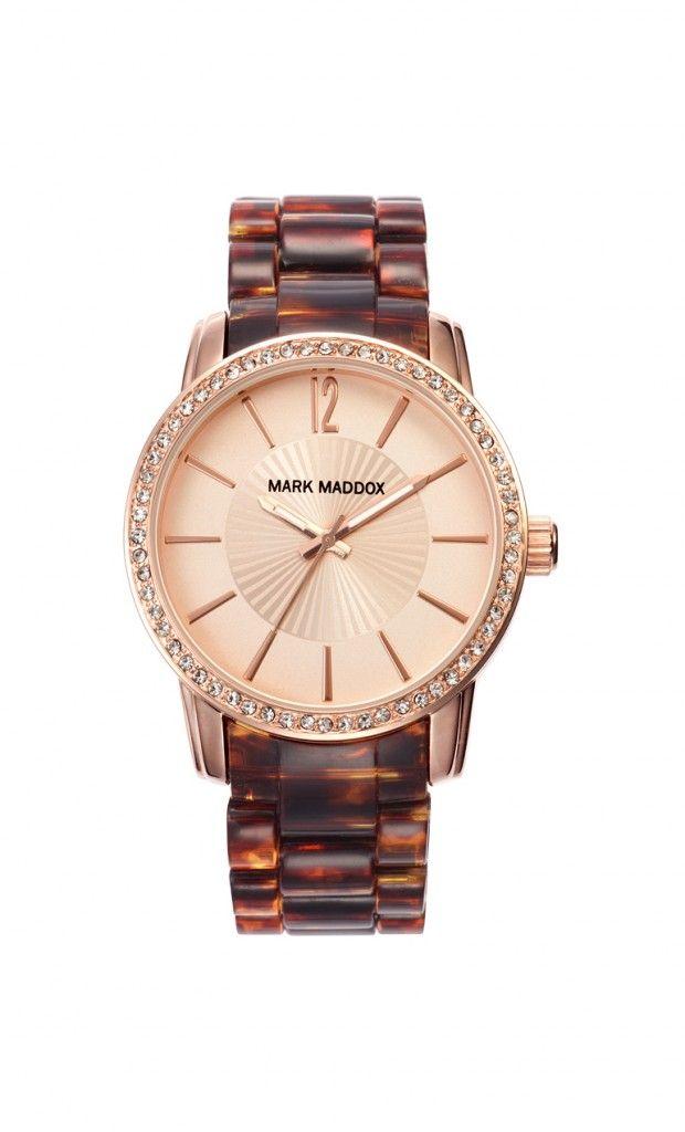 Rompe las barreras y anotate a la ultima tendencia con este reloj Mark Maddox que te regalara elegancia. Reloj tres agujas brazalete con acabado carey y cierre desplegable. Bisel con incrustaciones y acabado IP Dorado. Cristal mineral e impermeable 30m (3ATM).