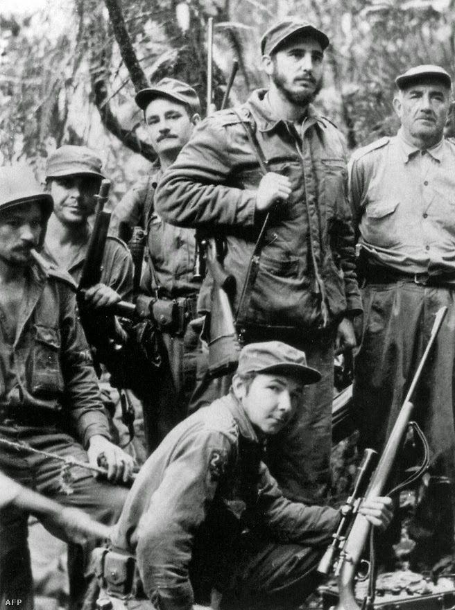 Sierra Maestra, 1957. Parte inferior: Raúl Castro. De pie: Ernesto Che Guevara, segundo desde la izquierda; Fidel Castro, segundo desde la derecha. Foto: Ho / AFP.