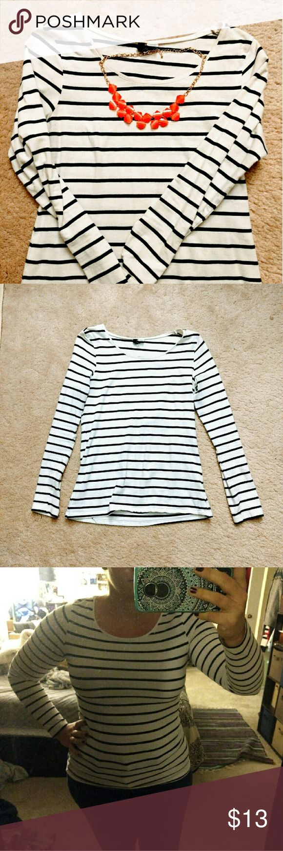 🆕 Black and White Long Sleeve A fitted black and white long sleeve shirt, only worn 2/3 times in good condition only a little piling under the inner arm but unnoticed while wearing. H&M Tops Tees - Long Sleeve