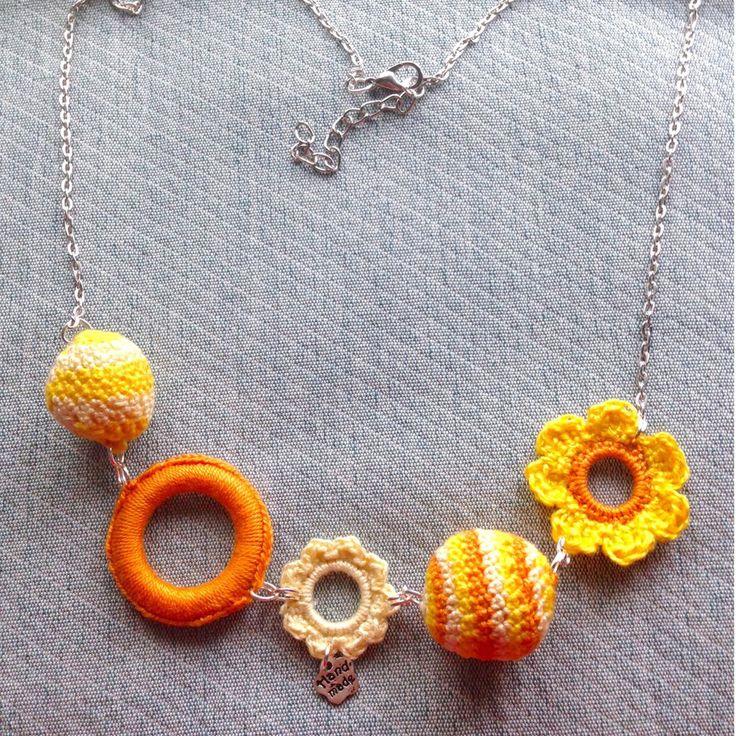 Collana estiva con palline amigurumi, fiori e anellini gialli e arancioni, fatti a mano all'uncinetto, by La piccola bottega della Creatività, 8,90 € su misshobby.com
