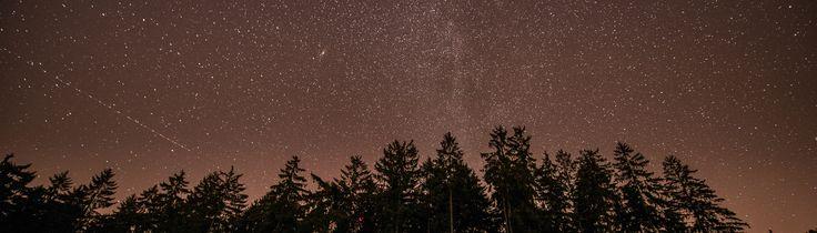Hast du schon mal versucht Sterne zu fotografieren? Noch nicht? Dann solltest du es unbedingt mal ausprobieren und ich zeige dir heute, wo es am besten in Deutschland gelingt. Großer Feind der Astrofotografie ist die Lichtverschmutzung. Daher erst mal ein paar Worte zu diesem Thema! Lichtverschmutzung Lichtverschmutzung heißt, dass übermäßig viel Licht für z.B. Straßen- …