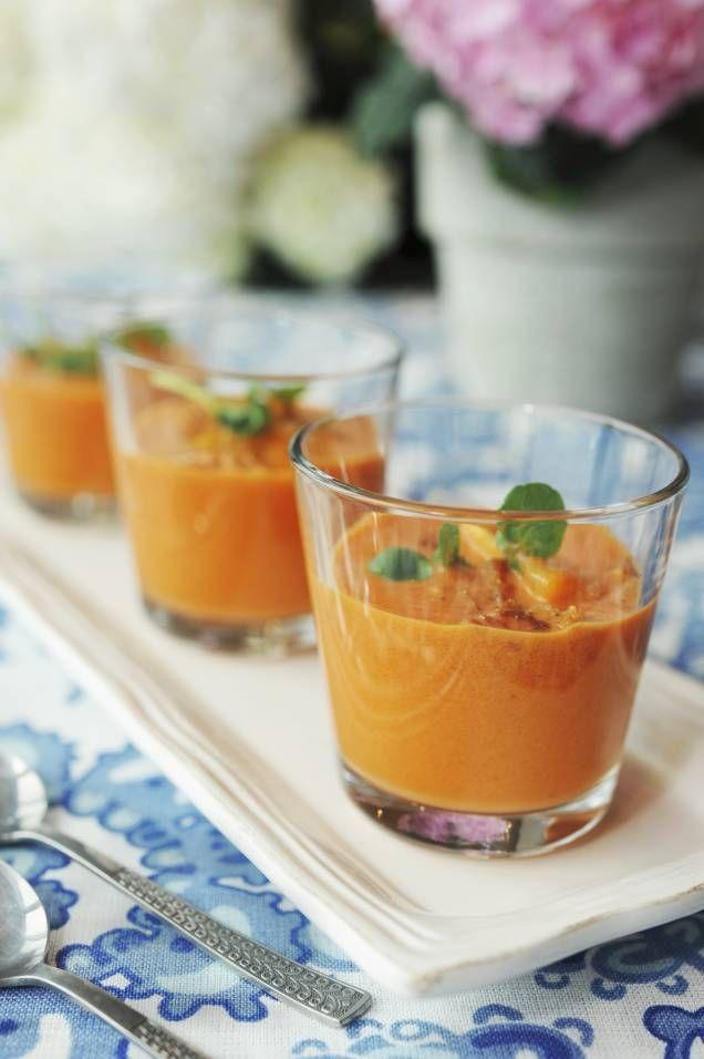 Gazpacho är en kall tomatbaserad soppa från Spanien, som smakar ljuvligt av vitlök, olivolja, salt och vinäger. Här är Mitt köks bästa recept på gazpacho!