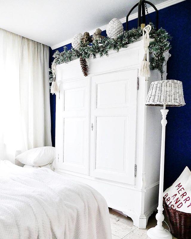 Dunkle Wand und weißer Bauernschrank, tolle Kombination