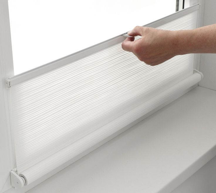 This Roller Blind Works Like A Pleated And Looks Just Great Ventanas Para Bano Rollos Cortinas