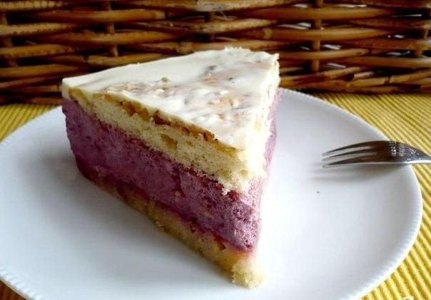 Sponge cake with walnuts: 4 eggs 150 g of sugar 1 tsp. vanilla  125 g sifted flour 1 tsp without top baking powder 60 g chopped walnut Salt Mousse of black currant and pear: 200 g pear puree (prepare from 500 g pears) 20 g of agostina the juice of 1 lemon 400 ml Apple juice 400 ml of blackcurrant