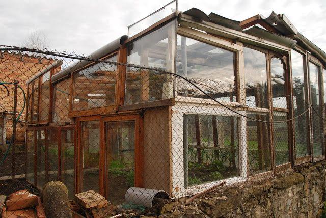 Equalogical Lab: Serre autocostruite con finestre riciclate.