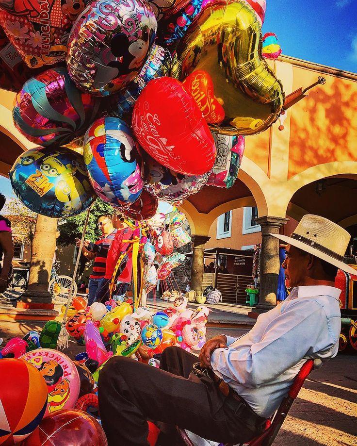 Globero en #tequisquiapan #Querétaro #México #puebleando #pueblomagico #travelphotography #travelquerétaro #tequis #travel #traveltequis #travelquerétaro #travelphotography #iphonesia #iphoneonly #iphonegraphy #iphonography #street #pueblea