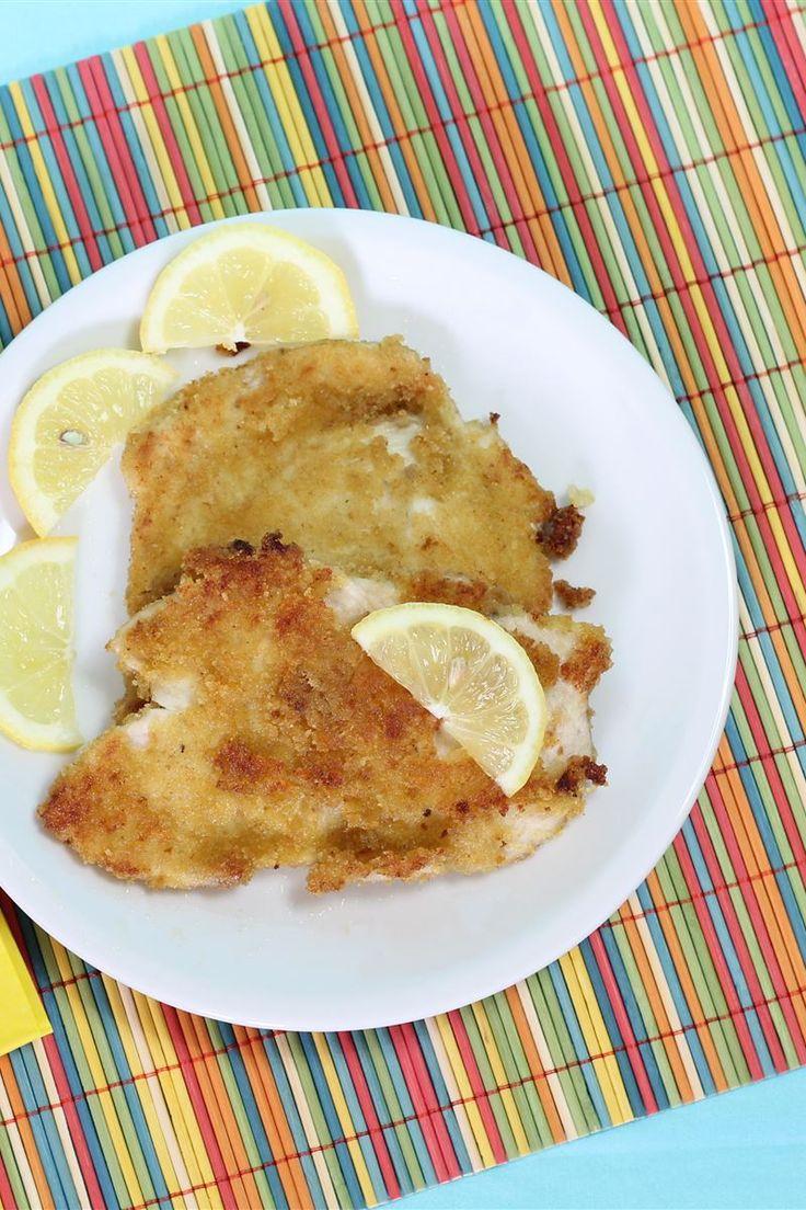 Il pollo al limone è un secondo piatto semplice e veloce da preparare. Il pollo viene lasciato marinare, prima di cuocerlo, in olio e limone per un sapore più deciso; dopodiché impanato e cotto in forno.