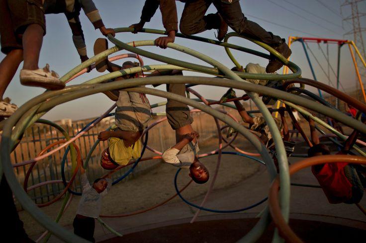 Muhammed Muheisen: TIME- LightBox Mi ricorda un'altra immagine di gioco, scattata a Cuba da Alex Webb, con gli stessi accorgimenti compositivi (pezzi di gambe che pendono dall'alto, intrigo di ferri colorati...)