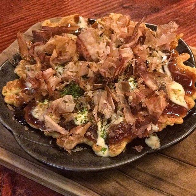 [OSAKA OKONOMIYAKI] ● Plato típico de la región de Kansai, Japón. Particularmente de la cuidad de Osaka. Es una masa infusionada con caldo dashi, col, alga nori, katsuobushi, dos salsas, panceta y setas shiitake. En Madrid, la de @hattorihanzo_madrid es única! #caviarcitric #madrid #hattorihanzo #hattorimadrid #japon #japan #japanesefood #foodie #gastronomy #foodporn