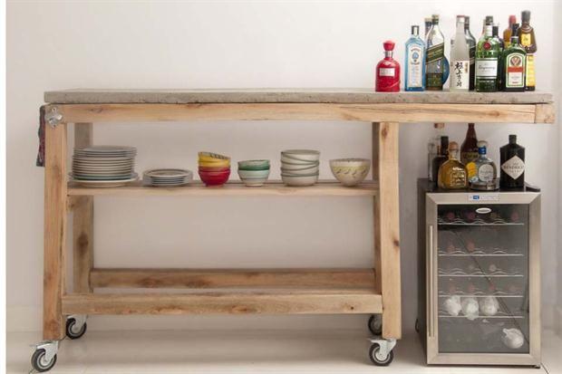Muebles y accesorios en madera y hierro  Barra móvil modelo Eras, tiene un revestimiento de azulejo blanco.  /Sacha