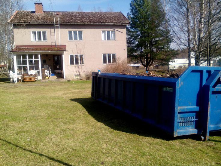 Tässä on suoritettu pihan siistimistä ja roskat kerätty siirtolavalle!