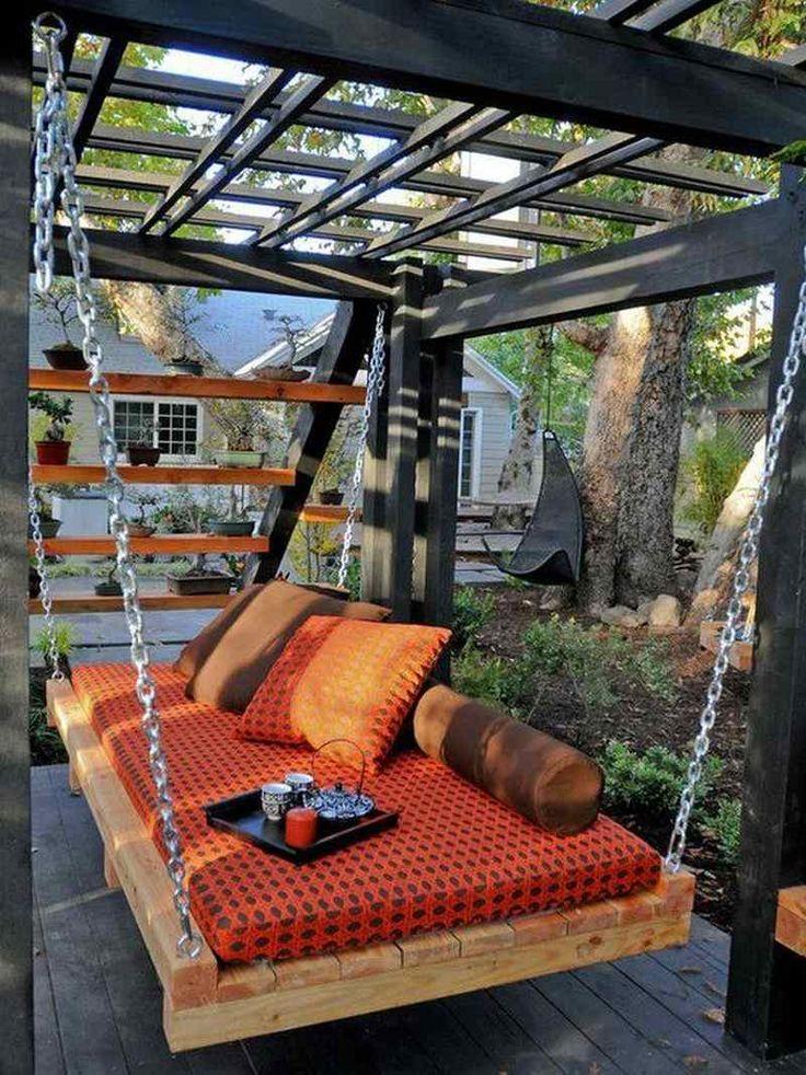 meuble en palette de bois pour la terrasse avec pergola- lit suspendu avec matelas et coussins
